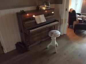 Nieuwe houten vloeren mogen niet worden geëgaliseerd. Nieuwe houten vloeren werken nog