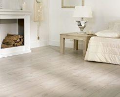 beige laminaat brede plank met v groef en voelbare houtstructuur 8 millimeter dik