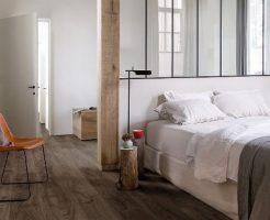 Donkerbruin laminaat brede plank met v groef en voelbare houtstructuur 8 millimeter dik